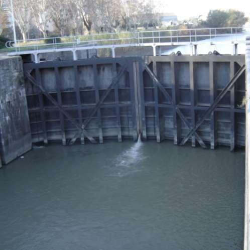 Ecluse d'Arles sur le canal d'Arles à Bouc